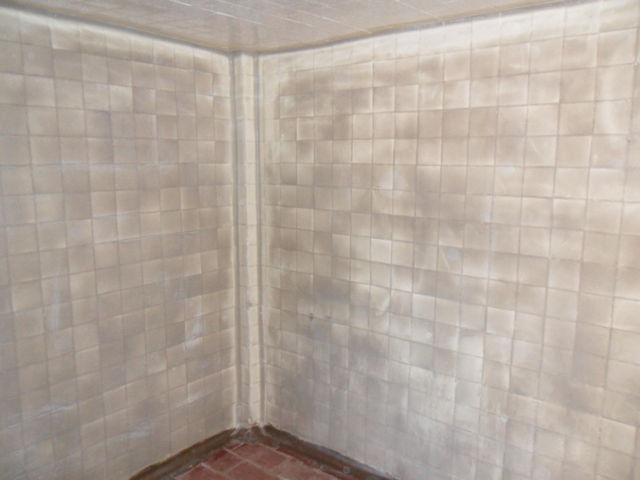 Muro de azulejo resanado con pastas epoxicas para acabado for Pisos decorativos para interiores